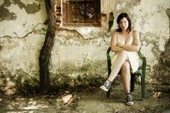 Ernste Frau auf schmutzigem Standort Stockbild