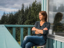 Ernste Frau an einem Balkon Stockfotos