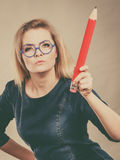 Ernste Frau hält großen Bleistift in der Hand Lizenzfreies Stockbild