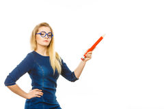 Ernste Frau hält großen Bleistift in der Hand Stockbilder