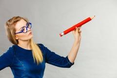 Ernste Frau hält großen Bleistift in der Hand Lizenzfreie Stockfotografie