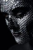 Ernste Frau mit dem Bergkristallschädel auf Gesicht Stockfotos