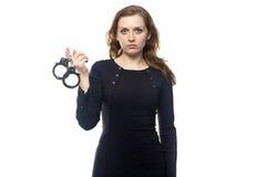 Ernste Frau mit den Handschellen Lizenzfreie Stockfotos