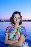 Ernste Frauen im bunten Hemd, das bei Sonnenuntergang aufwirft Stockfoto