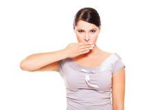 Ernste Frauenbedeckung ihr Mund Lizenzfreie Stockbilder