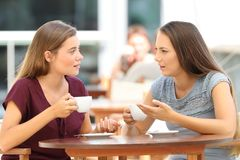 Ernste Freunde, die in einem Restaurant sprechen Stockbilder