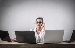 Ernste Geschäftsfrau bei der Arbeit Stockbilder