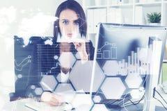 Ernste Geschäftsfrau, Diagramme und eine Weltkarte Lizenzfreies Stockfoto