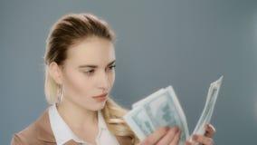 Ernste Geschäftsfrau, die Bargeld in der Zeitlupe zählt Geldbargeldzählung stock video