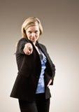Ernste Geschäftsfrau, die beschuldigen Finger zeigt Lizenzfreies Stockbild