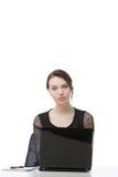 Ernste Geschäftsfrau, die einen Kopfhörer trägt Lizenzfreies Stockfoto