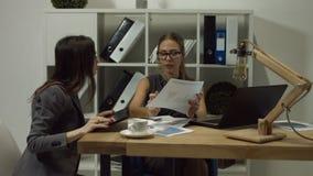 Ernste Geschäftsfrauen, die im Büro zusammenarbeiten stock video footage