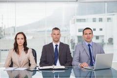 Ernste Geschäftsleute, die auf Interview warten lizenzfreie stockfotografie