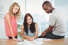 Ernste Geschäftsleute, die am Schreibtisch arbeiten Lizenzfreie Stockfotos