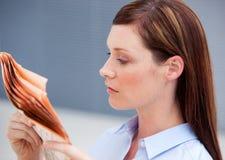 Ernste Geschäftsfraulesezeitung Lizenzfreies Stockfoto