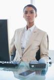 Ernste herrliche Geschäftsfrauaufstellung Lizenzfreies Stockfoto