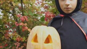 Ernste Holdingsteckfassung-olaterne des kleinen Jungen, furchtsame Halloween-Partei, Kindheit stock video footage