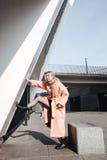 Ernste junge blonde Dame, die draußen aufwirft Lizenzfreie Stockfotografie