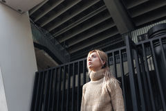 Ernste junge blonde Dame, die draußen geht Stockfotos