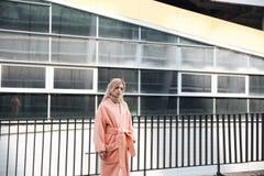 Ernste junge blonde Dame, die draußen geht Lizenzfreies Stockfoto