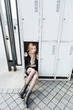 Ernste junge blonde Dame, die im Safe sitzt Stockbild