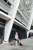 Ernste junge blonde Dame draußen mit Augen schloss Lizenzfreies Stockfoto