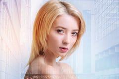 Ernste junge blonde Frau, die streng schaut Stockbild
