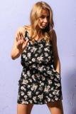 Ernste junge blonde Frau in sundress Bestellungen zu stoppen Lizenzfreie Stockfotografie