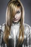 Ernste junge blonde, Konzeptzukunft und Modernität, Mädchen im silve Stockfotos