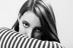 Ernste junge Frau stockfoto