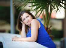 Ernste junge Frau lizenzfreie stockfotografie