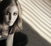 Ernste junge Frau lizenzfreies stockfoto