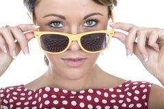 Ernste junge Frau, die über Sonnenbrillen schaut Lizenzfreie Stockfotos