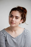 Ernste junge Frau, die an etwas denkt Blicke eines jungen Mädchens öffnen überzeugten Blick Über versuchendes etwas Brunette an Stockbild
