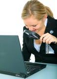 Ernste junge Frau, die Laptop betrachtet stockbilder
