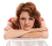 Ernste junge Frau im roten Kleid Lizenzfreie Stockfotos