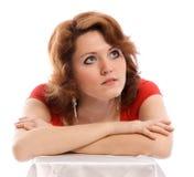 Ernste junge Frau im roten Kleid Stockbild