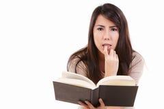 Ernste junge Frau mit Buch Lizenzfreie Stockfotografie
