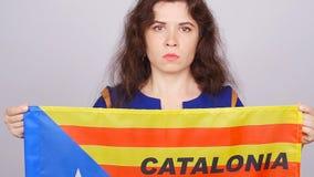 Ernste katalanische Frau mit estelada Flagge Referendum für die Trennung von Katalonien von Spanien stock footage