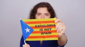 Ernste katalanische Frau mit estelada Flagge Referendum für die Trennung von Katalonien von Spanien stock video footage
