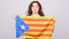 Ernste katalanische Frau mit estelada Flagge Referendum für die Trennung von Katalonien von Spanien stock video