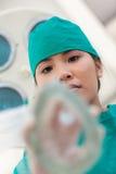 Ernste Krankenschwester, die Gasmaske an einem Patienten anwendet Stockfotografie