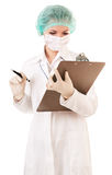 Ernste Krankenschwester mit medizinischem Report Lizenzfreie Stockfotos