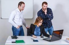 Ernste kreative Teamarbeit Lizenzfreies Stockbild