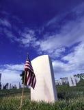 Ernste Markierungs-amerikanische Flagge in einem nationalen Kirchhof Stockfotografie
