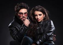 Ernste Modepaare in den Lederjacken Lizenzfreie Stockfotografie