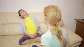 Ernste Mutter, die unpleased Jugendlichen im Haus konferiert stock video