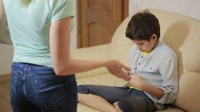 Ernste Mutter, die unpleased Jugendlichen im Haus konferiert stock video footage