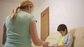 Ernste Mutter, die unpleased Jugendlichen im Haus konferiert stock footage