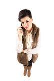 Ernste nette junge Frau am Telefon, das Kamera betrachtet Lizenzfreie Stockbilder
